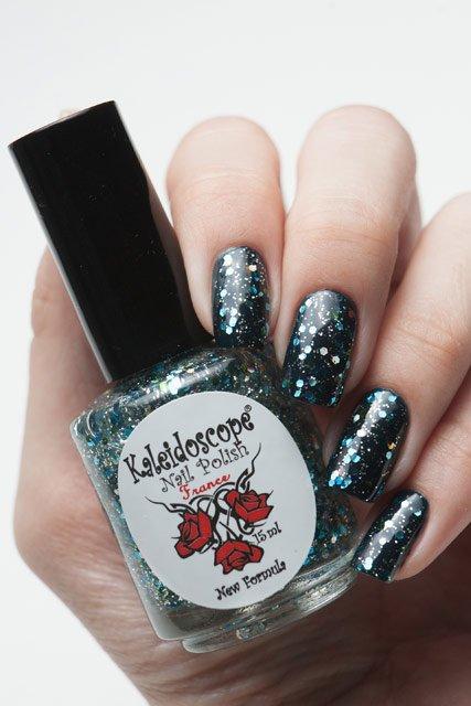 El Corazon, Kaleidoscope № Z-03 Бриз в зазеркальеЛаки Kaleidoscope<br>Верхнее покрытие-закрепитель с акрилом прозрачное, с крупными золотыми и синими и серебряными микро- блестками. Объем 15 ml.<br>